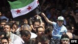 Un niño egipcio sostiene una bandera revolucionaria siria durante una manifestación en solidaridad con el pueblo sirio y contra el presidente de Siria, Bachar Al Asad, en la mezquita de Amro Bin Aas en El Cairo, Egipto.