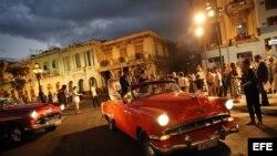 """Invitados al primer desfile de la casa de moda Chanel en La Habana pasearon en """"Almendrones"""" privados."""