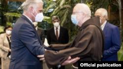 Díaz-Canel saluda al cardenal Sean Patrick O'Malley.