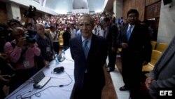 José Efraín Ríos Montt (c) al finalizar la audiencia durante el juicio que se le sigue junto a su antiguo jefe de Inteligencia Militar, José Rodríguez