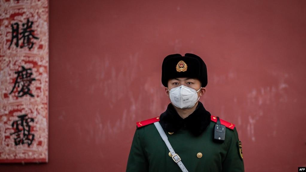 Un oficial de la policía se protege ante un posible contagio del coronavirus en la Ciudad Prohibida, en Pekín, el 25 de enero del 2020.