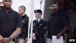 Bradley Manning (2d) a su salida de los juzgados de Fort George G. Meade, Maryland, EE UU.