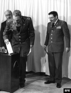Fidel Castro deposita su voto en compañía de Raúl, durante el 3er Congreso del PCC, en 1986.