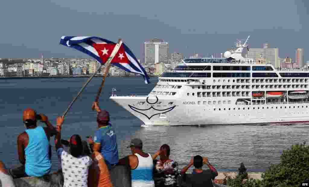 Cubanos en el Malecón saludan a los turistas del Adonia, al entrar a puerto habanero.