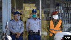 Policías cuidan las colas mientras los cubanos compran en dólares.