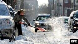 Residentes luchan con la nieve dejada por la tormenta