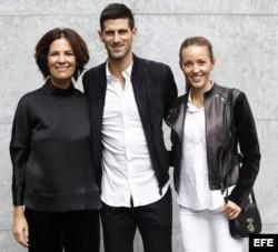 Novak Djokovic (c), su esposa Jelena (d), y Roberta Armani (i).