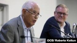 A la izquierda el profesor Carmelo Mesa-Lago en una sesión de la XIX Conferencia de la Asociación para el Estudio de la Economía Cubana (ASCE), Miami, 25 de 2019.