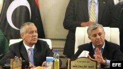 El primer ministro libio Ali Zeidan (i) pronuncia unas palabras en una rueda de prensa poco después de su liberación, junto al presidente del Congreso Nacional General de Libia Nouri Bousahmein (d) en la sede del Gobierno