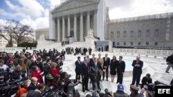 Los abogados Ted B. Olson (c-dcha) y David Boies (c-izda), junto con las dos parejas de homosexuales a las que representan en el caso contra la Propuesta 8.