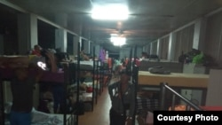Migrantes cubanos en Surinam recluidos en base militar tras desalojo
