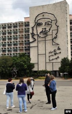 Varios turistas se toman fotos frente al Ministerio del Interior con la imagen del guerrillero argentino Ernesto 'Che' Guevara, en la Plaza de la Revolución en La Habana (Cuba).