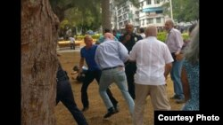 Golpean a activistas cubanos cuando ponían flores a Martí.