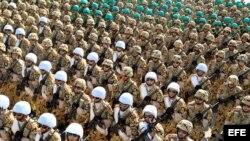 Soldados iraníes participan en el desfile militar anual.
