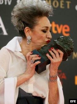 """La actriz Luisa Gavasa con el Goya a la mejor actriz de reparto por su papel en """"La Novia""""."""