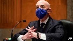 Alejandro Mayorkas testifica durante su audiencia de confirmación en el Capitolio, en Washington. (Joshua Roberts/Pool vía AP)