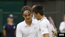 El tenista suizo Roger Federer (i) saluda al serbio Novak Djokovic (d) tras derrotarle en su partido de semifinales del Torneo de Wimbledon jugado el 6 de julio de 2012 en el All England Lawn Tennis Club de Londres, Reino Unido.