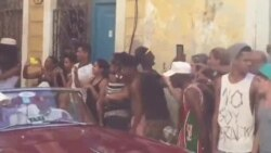 Paris Hilton y Naomi Campbell se pasean en un auto clásico por La Habana.