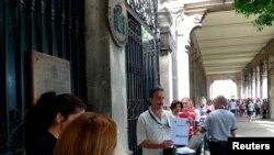 Cubanos esperan su turno de entrada al Consulado General de España en La Habana. REUTERS/Desmond Boylan/Archivo
