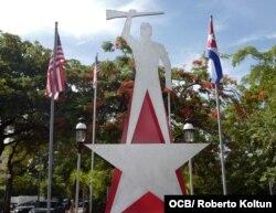 El Monumento a las Guerrillas Cubanas Anticomunistas se ubica en el paseo de la Calle Ocho y la avenida 13, en la Pequeña Habana,