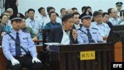 Bo Xilai (c) culpó a su esposa, Gu Kailai, de la mayoría de las acusaciones de corrupción e incluso de algunos aspectos de las acusaciones de abuso de poder.