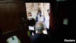 Estudiantes de medicina realizan una pesquisa en un barrio habanero en busca de síntomas de COVID-19 entre los residentes. REUTERS/Stringer