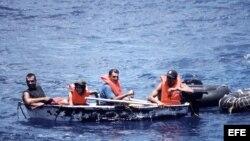 Foto de archivo de un grupo de inmigrantes cubanos llegando a las costas de Florida en un bote