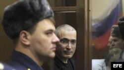 Jodorkovski (c), en fotografía de 2010