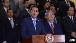 Presidente de Guatemala Jimmy Morales rodeado por miembros de su gabinete