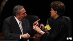 Presidente de Cuba, Raúl Castro (i), y de Brasil, Dilma Rousseff (d),