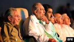 Fidel Castro (2-i), el gobernante Raúl Castro (i), y el de Venezuela, Nicolás Maduro (3-i) en La Habana por el aniversario 90 de Castro