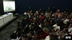 Asistentes observan una entrevista pregrabada y presentada en video del escritor israelí Amos Oz (pantalla) ayer, miércoles, 4 de diciembre de 2013, en uno de los eventos de la Feria Internacional del Libro de Guadalajara