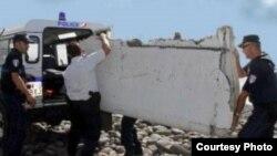 Se cree que este flaperón de un Boeing 777 encontrado en la isla de La Reunión pertenecía al vuelo MH370.