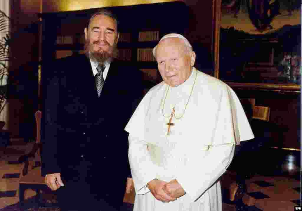 El papa Juan Pablo II junto a Fidel Castro, durante la visita que el mandatario cubano realizó al Vaticano (1996). Archivo.