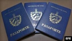 Vista de pasaportes cubanos en una oficina regional de la Dirección de Inmigración y Extranjería, en La Habana (Cuba)