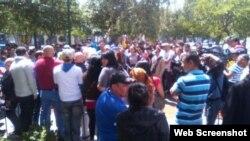 """Cubanos se reúnen en un parque de Quito. Captura de imagen, """"El Comercio""""."""