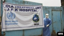 Entrada de la unidad de tratamiento del ébola del Hospital J.F.Kennedy en Monrovia, Liberia.