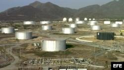 En la imagen, tanques de almacenamiento de petróleo en unas instalaciones de Petróleos de Venezuela S.A (PDVSA).
