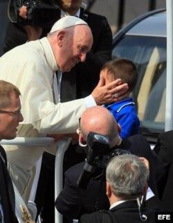 El papa Francisco saluda a un niño a su llegada a la Catedral en Santiago de Cuba.