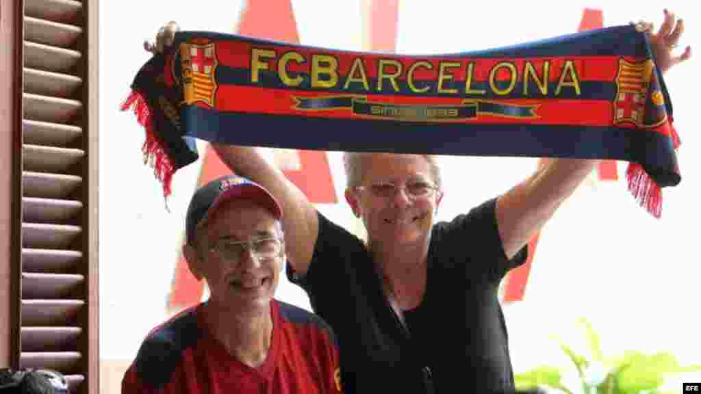 Seguidores del Club Barcelona esperan comienzo del juego del FC Barcelona frente al Real Madrid.