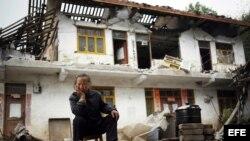 Residente china y su vivienda dañada por el terremoto