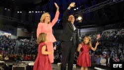 Ted Cruz, senador por Texas, con su esposa, Heidi, y sus hijas Catherine y Caroline, durante un acto en la Liberty University de Lynchburg, Virginia.