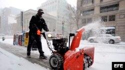Tormenta de nieve deja sin electricida a mas de 400 mil