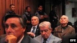 El exdictador argentino Reynaldo Bignone (d) asiste al inicio del juicio por crímenes de lesa humanidad.