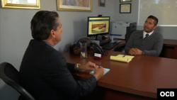 (i-d) El periodista Ricardo Quintana conversa con el abogado Arno J. Lemuns.