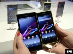 Detalle de un Sony Xperia Z1s (i) y de un Sony Xperia Z1 Compact (d).
