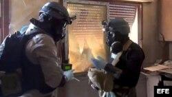 Inspectores de la ONU toman muestras buscando trazas de gases tóxicos en una vivienda en el este de Damasco.