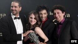 """El director Alejandro Brugués (i) y actores Alexis Díaz (d), Jazz Vilá (2d), y Andrea Duro (2i) posan con el Goya a la mejor película iberoamericana, por """"Juan de los Muertos"""", premiada en la gala de la XXVII edición de los premios Goya"""