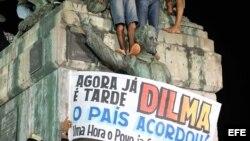 """Un grupo de manifestante con una pancarta que dice """"Ahora ya es tarde, Dilma"""" participa de una protesta contra la corrupción y la llamada PEC 37 (Propuesta de Enmienda Constitucional número 37)."""