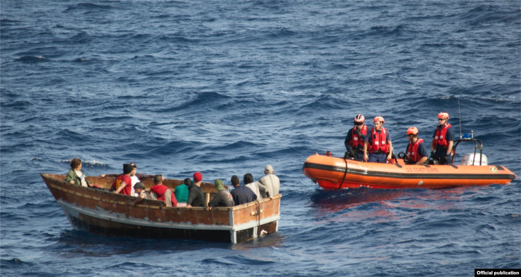 Cubanos interceptados por la Guardia Costera en Key West, Florida, el 30 de Dic de 2014. La rústica embarcación tenía 12 inmigrantes cubanos a bordo que más tarde fueron repatriados a Bahía de Cabañas. Foto USCOASTGUARD.